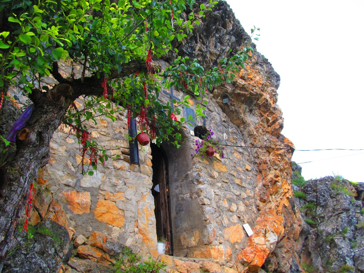 Скалният параклис на Света Петка над Трън