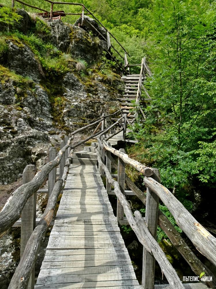дъвени мостчета на екопътека Бяла река